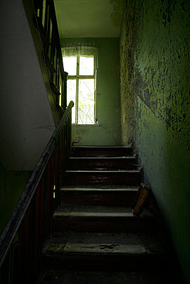 baufaelliges Treppenhaus in gruen - p627m671130 by Hendrik Rauch