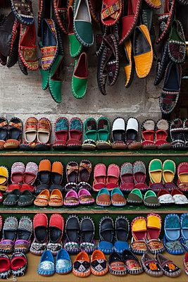 Schuhe auf einem Markt - p045m1477654 von Jasmin Sander