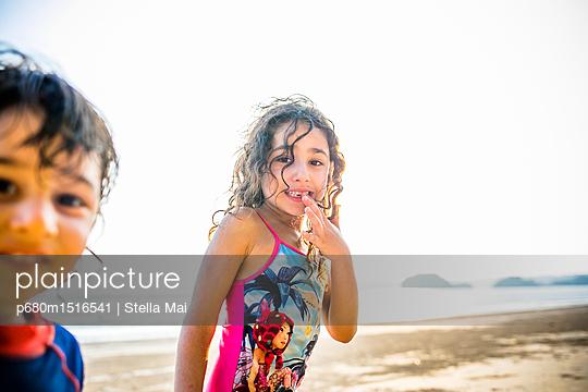 Kinder schauen in die Kamera - p680m1516541 von Stella Mai