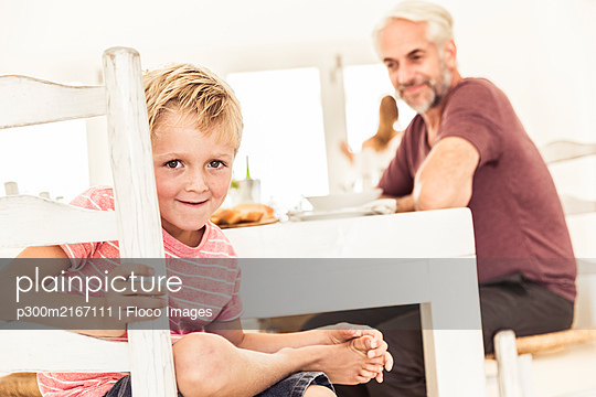 Portrait of smiling boy in dining room - p300m2167111 by Floco Images