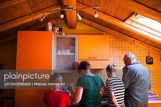 Family in kitchen - p312m2086443 by Matilda Holmqvist