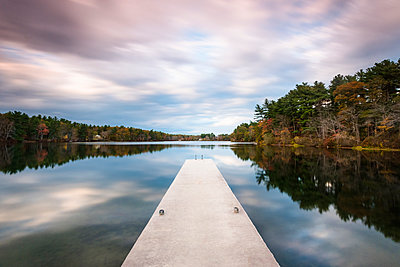 Jetty on lake under overcast sky, Massachusetts, USA - p343m1585197 by Cate Brown