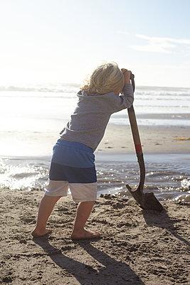 Kind mit einer Schaufel am Strand, Santa Barbara, Kalifornien - p506m2183545 von Julia Franklin Briggs