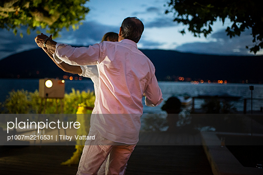Couple dancing at night on wedding party - p1007m2216531 by Tilby Vattard