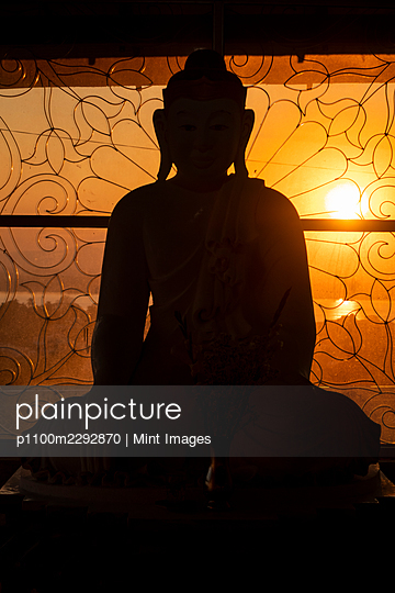 Silhouette of Buddha statue, Mawlamyine - p1100m2292870 by Mint Images
