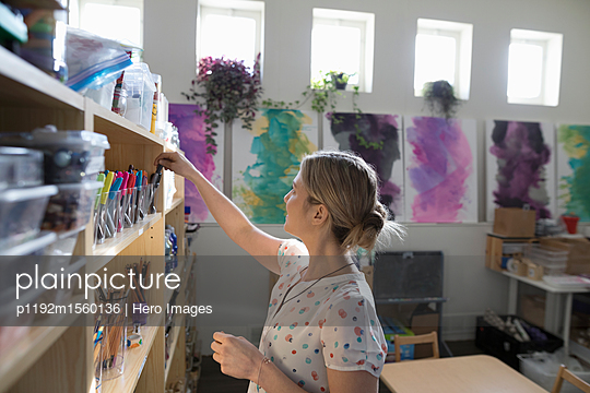 plainpicture - plainpicture p1192m1560136 - Preschool teacher cleaning ... - plainpicture/Hero Images