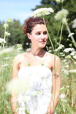 Schönheit auf Blumenwiese - p045m954994 von Jasmin Sander