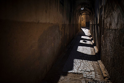 Deserted alleyway at night - p1007m1216780 by Tilby Vattard