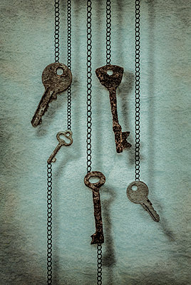 Keys hanging from chain - p1228m1094402 by Benjamin Harte