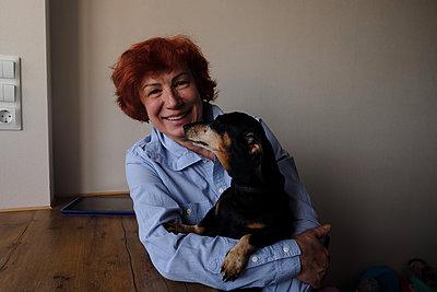 Elderly woman with dog, portrait - p1363m2177561 by Valery Skurydin