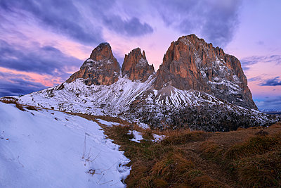 Italy, Alto Adige, Dolomites, Sassolungo, Fuenffingerspitze and Grohmannspitze at sunrise twilight, late autumn with first snow - p300m2081385 by Martin Rügner