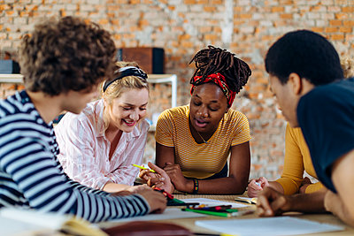 Young people sitting together at table and talking - p300m2144349 by Sofie Delauw