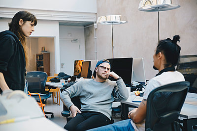Computer programmers discussing strategy in creative office - p426m1493958 by Maskot