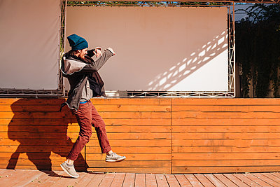 Hipster dancing on wooden decking by stage - p429m2019458 by Rehulian Yevhen