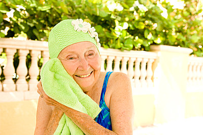 Older Caucasian woman drying with towel after swimming - p555m1408810 by Shestock