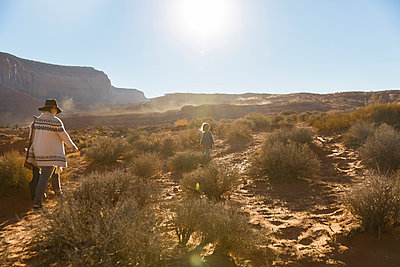 Hiking in Monument Valley - p756m2087330 by Bénédicte Lassalle