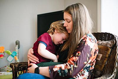Mother comforting son - p924m2074188 by Viara Mileva