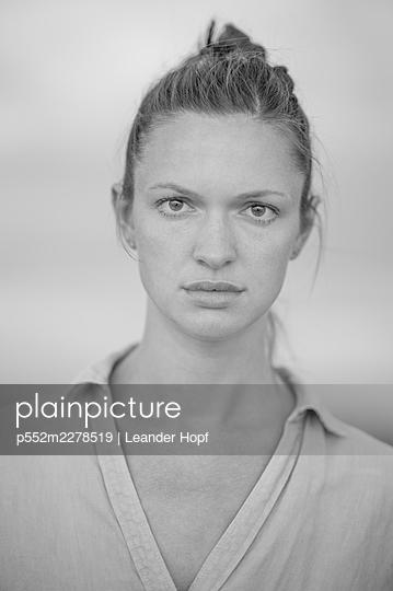 Young woman, portrait - p552m2278519 by Leander Hopf