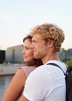 Junges Paar an der Spree - p1124m1463350 von Willing-Holtz