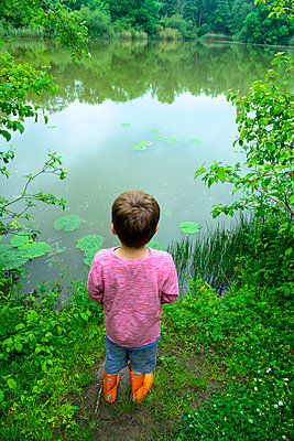 Child at the lake - p427m2285888 by Ralf Mohr