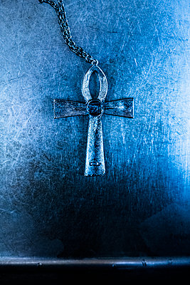 Keltisches Kreuz auf blauen metallischem Hintergrund - p975m2288807 von Hayden Verry