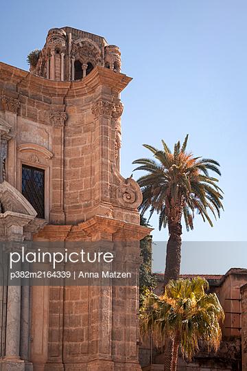 Baudenkmal mit Palme - p382m2164339 von Anna Matzen
