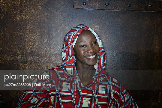 African woman in hooded shirt, portrait - p427m2285208 by Ralf Mohr