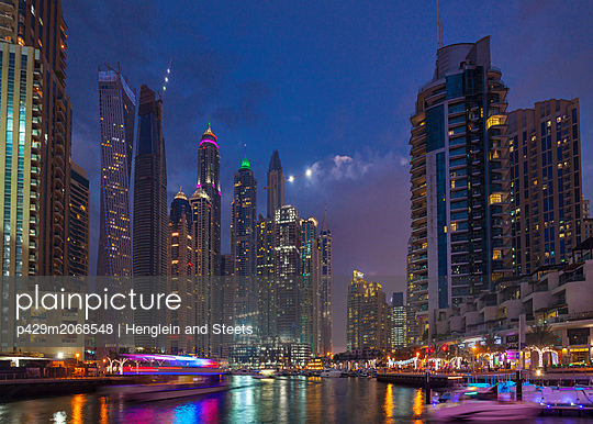 Vibrant nightlife and boats, Dubai Marina, UAE - p429m2068548 by Henglein and Steets
