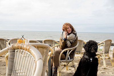 Frau und Hund auf der Strandterasse - p1212m1181985 von harry + lidy