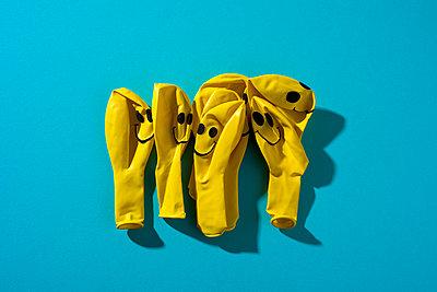 Mehrere gelbe Luftballons mit Smiley Gesichtern - p1423m1537791 von JUAN MOYANO