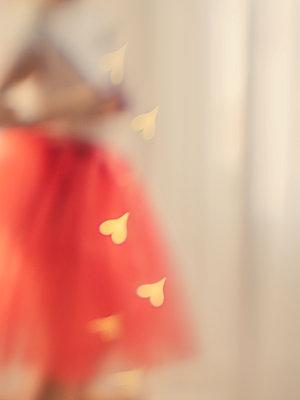 Girl in tulle skirt - p1522m2253547 by Almag