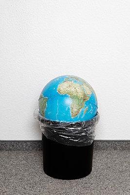 Die Erde im Müll - p2380373 von Anja Bäcker