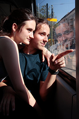 Junges Paar in der Tram  - p258m1444966 von Katarzyna Sonnewend