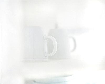 Weiße Tasse und Kanne - p2682772 von Wolfgang Uhlig