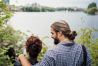 Rear view of couple looking at river - p426m1212780 by Maskot