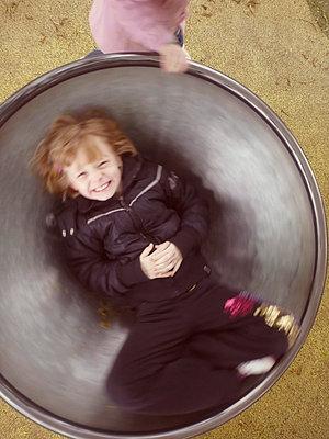 Spaß auf dem Spielplatz - p597m660827 von Tim Robinson