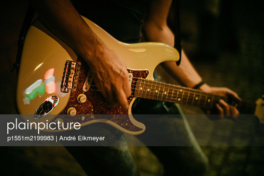 Guitarist playing E-guitar - p1551m2199983 by André Eikmeyer