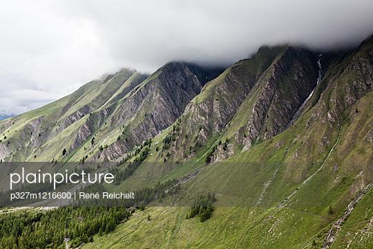 Wolkendecke über einer Bergkette - p327m1216600 von René Reichelt