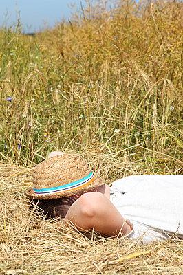 Boy relaxing in summer - p045m851472 by Jasmin Sander