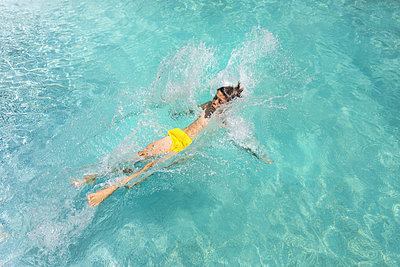 In den Pool fallen - p076m2013987 von Tim Hoppe