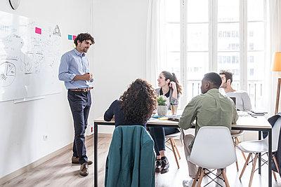 Happy people during a meeting presentation - p1166m2107763 by Cavan Images
