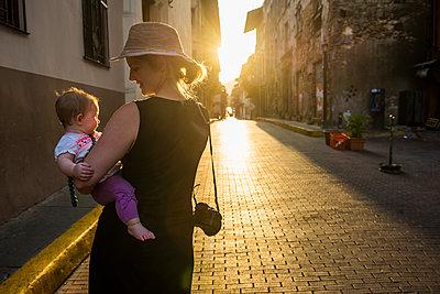 Panama, mother and baby girl visiting Panama City at sunset - p300m2059564 von Michael Runkel