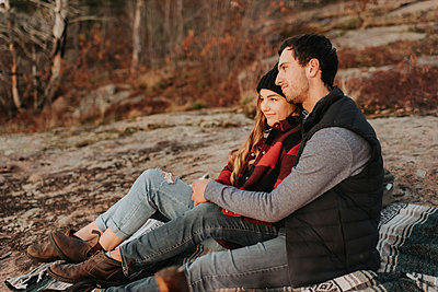 Young couple sitting together during autumn hike - p300m2241682 by Sara Monika