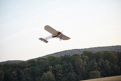 Kunstflug - p587m1190426 von Spitta + Hellwig
