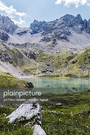 Bergsee in den Tiroler Alpen - p177m1183480 von Kirsten Nijhof