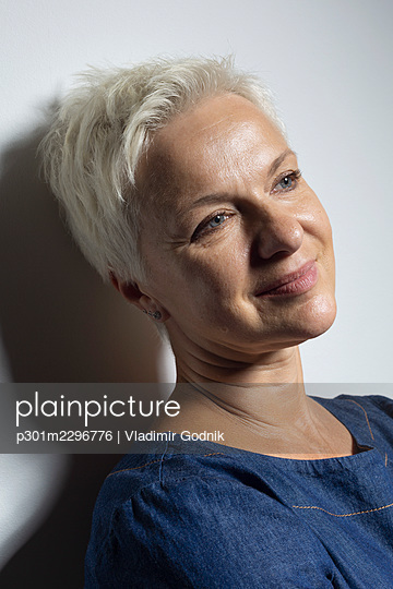 Portrait beautiful mature woman with short hair smiling - p301m2296776 by Vladimir Godnik