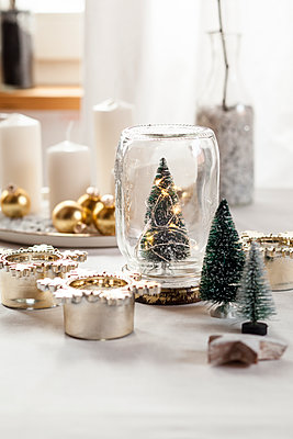 Christmas decoration on table - p300m1549678 by Susan Brooks-Dammann
