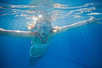 Mädchen unter Wasser - p713m2087665 von Florian Kresse