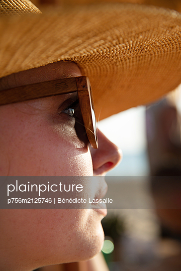 Woman wearing straw hat - p756m2125746 by Bénédicte Lassalle