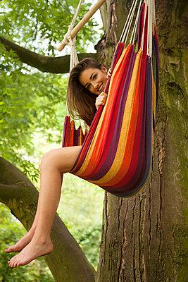 Symphatische Frau hängt im Baum - p045m1171143 von Jasmin Sander